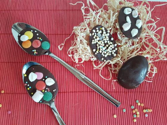 Oeufs et cuillères en chocolat pour pâques