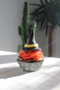 Pour Halloween, préparez un goûter terrifiant ! Avec ce brownie sans gluten (sans lactose) transformé en cupcakes fantôme et chapeau de sorcière - Sorcière