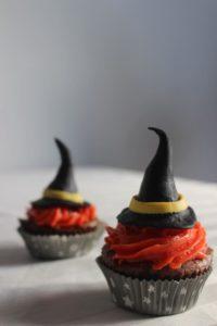 Pour Halloween, préparez un goûter terrifiant ! Avec ce brownie sans gluten (sans lactose) transformé en cupcakes fantôme et chapeau de sorcière - Sorcière 2