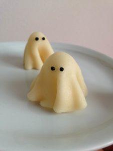 Pour Halloween, préparez un goûter terrifiant ! Avec ce brownie sans gluten (sans lactose) transformé en cupcakes fantôme et chapeau de sorcière - Fantôme étape 5