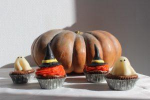 Pour Halloween, préparez un goûter terrifiant ! Avec ce brownie sans gluten (sans lactose) transformé en cupcakes fantôme et chapeau de sorcière - Cupcake 4