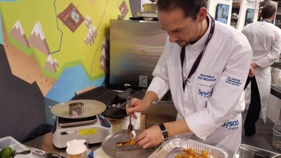 Dessert sans allergènes : mangues, crumble de sarrasin et espuma coco - dressage 2