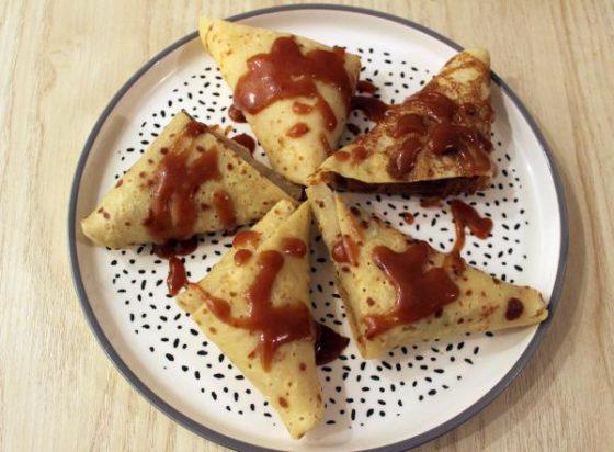Samoussas de crêpes sans gluten, pommes et caramel au beurre salé -assiette
