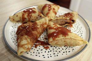 Samoussas de crêpes sans gluten, pommes et caramel au beurre salé - Banner Une