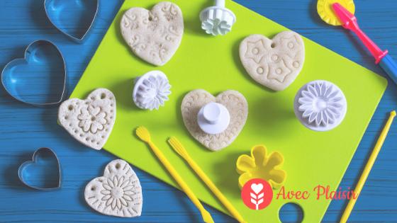 Idées cadeaux pour la fête des grands-mères : des bijoux en pâte à sel